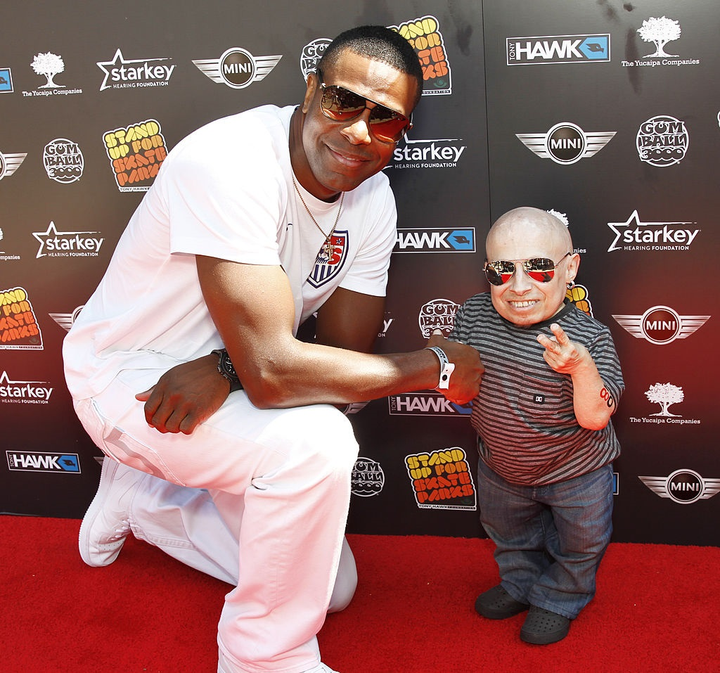 Verne Troyer standing on the red carpet with Chris Rock