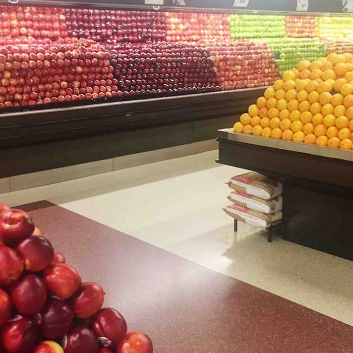 apples perfectly aligned at a grocery store